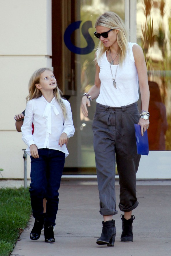 86179, LOS ANGELES, CALIFORNIA - Friday October 26, 2012. Gwyneth Paltrow looks like a very happy mom as she picks her children Moses and Apple up from school in Los Angeles. The actress flashed a smile as she held hands with Apple, 7, while 5 year old son Moses walked with them. Photograph: Pedro Andrade/KVS, ©PacificCoastNews.com **FEE MUST BE AGREED PRIOR TO USAGE** **E-TABLET/IPAD & MOBILE PHONE APP PUBLISHING REQUIRES ADDITIONAL FEES** LOS ANGELES OFFICE: 1 310 822 0419 LONDON OFFICE: +44 208 090 4079